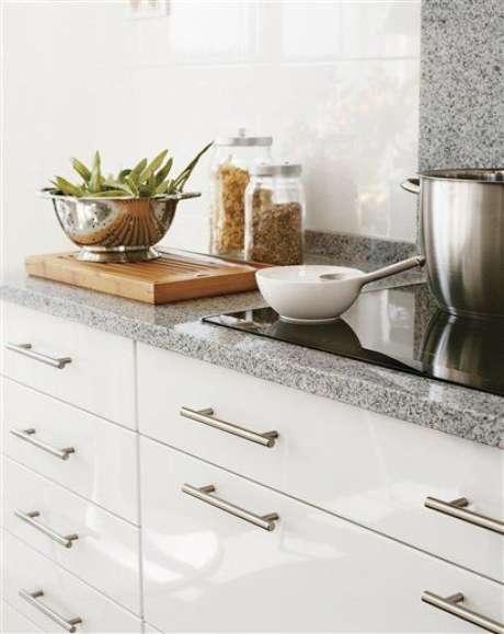 49. Cozinha branca com bancada cinza – Foto El Mueble