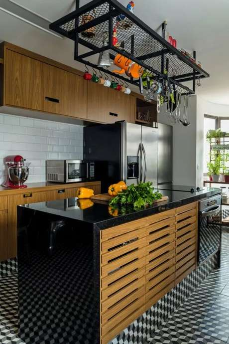 36. Bancada de granito preto para decoração industrial – Foto Pinterest