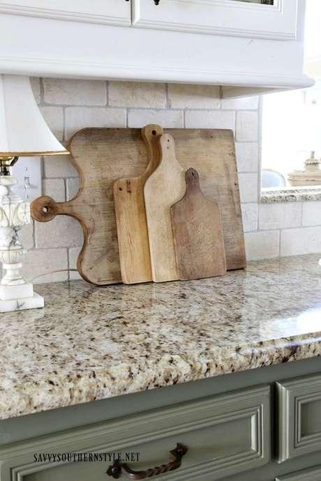 1. Bancada de granito bege com armários verdes – Foto Savvy Southern Style