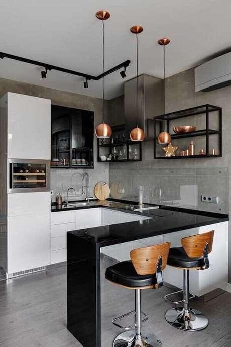 6. Bancada de granito preto em U na cozinha com armários brancos e prateleiras de ferro industrial – Foto Pinterest