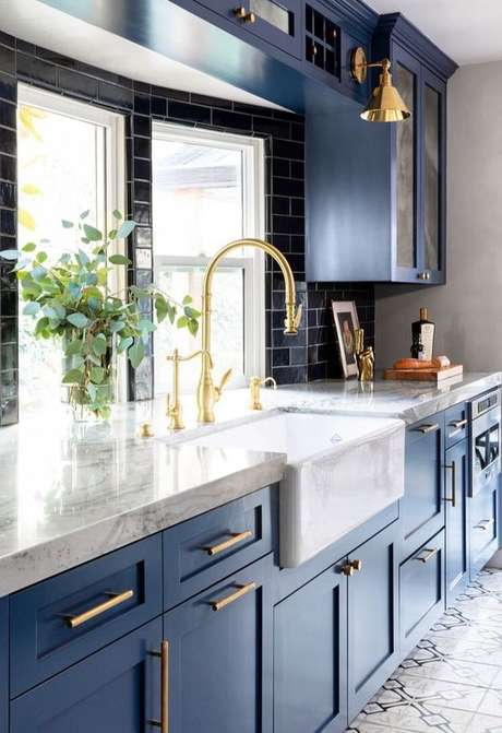 3. Cozinha de luxo com bancada de granito branco – Foto Pinterest