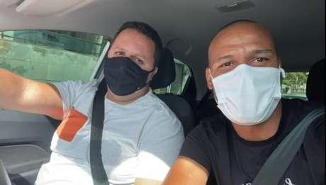 Bruno Henrique (esquerda) e Patric (direita) no primeiro dia de trabalho do motorista para o capitão do Sport (Reprodução / Twitter)