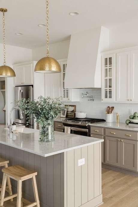 7. Bancada de granito branco na cozinha cinza – Foto Oak Stone Gome Siowa