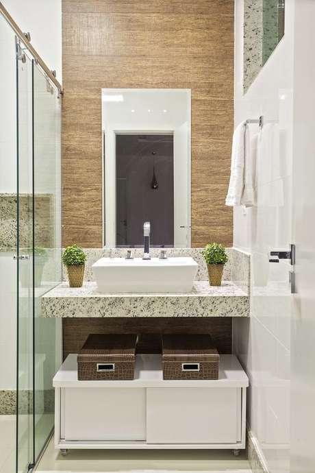 25. Bancada de granito para banheiro com cuba branca – Foto Casa Abril