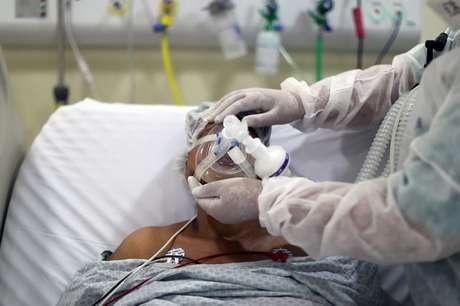 Paciente da Covid-19 em UTI de hospital em São Paulo 08/04/2021 REUTERS/Amanda Perobelli
