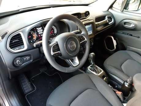 Interior do Jeep Renegade Moab: bancos de tecido confortáveis e volante multifuncional.