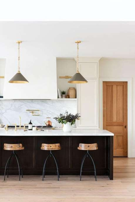40. Bancada de granito para cozinha preto e branca – Foto Mcgee and co