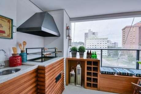 61. Cozinha de madeira com bancada de granito – Projeto Bender Arquitetura