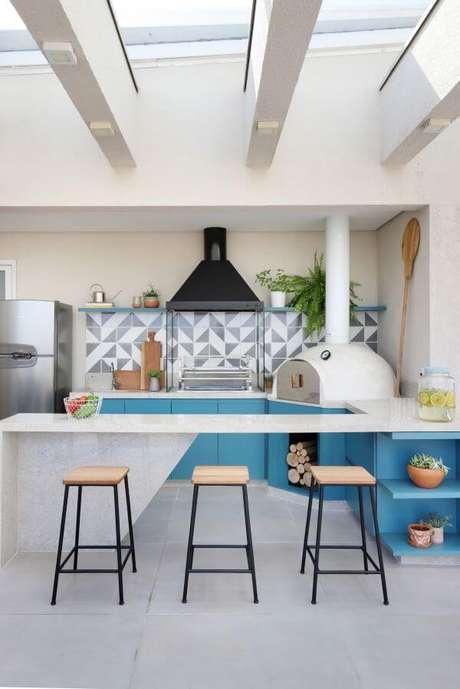 11. Área gourmet com bancada de granito branca e armários azuis – Foto Studio Canto Arquitetura