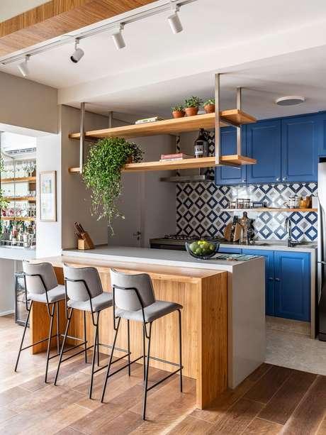 8. Bancada de granito branca para cozinha azul – Foto Revista VD