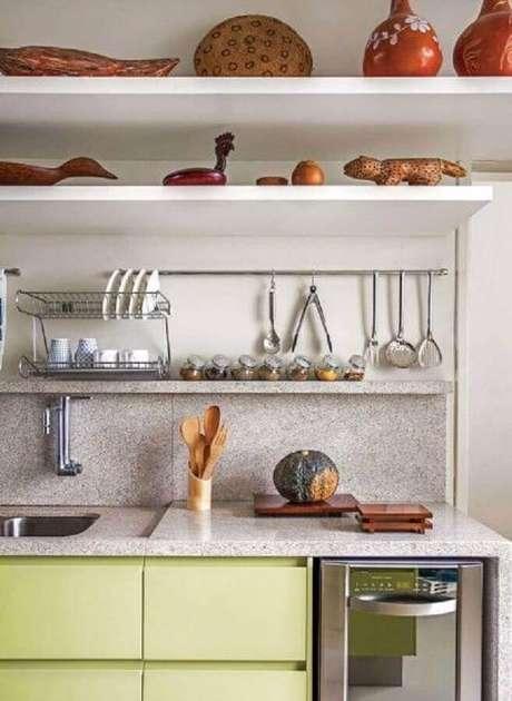 17. Bancada de granito branco para cozinha amarela metalizada -Foto Arkpad