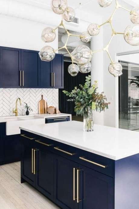 44. Armário de cozinha azul com bancada de granito branca moderna – Foto pinterest