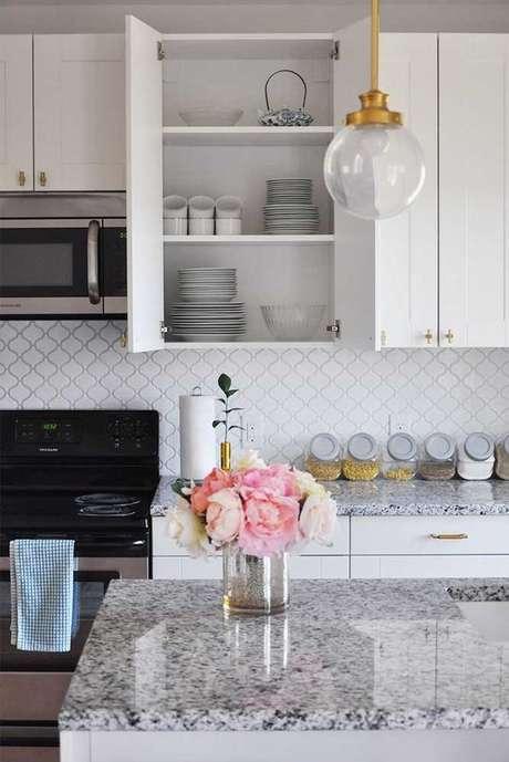51. Cozinha com bancada de granito branco – Foto Arkpad