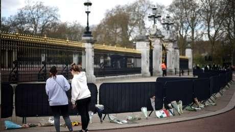 Homenagens a Philip na entrada do Palácio de Buckingham; cerimônia fúnebre será realizada neste sábado