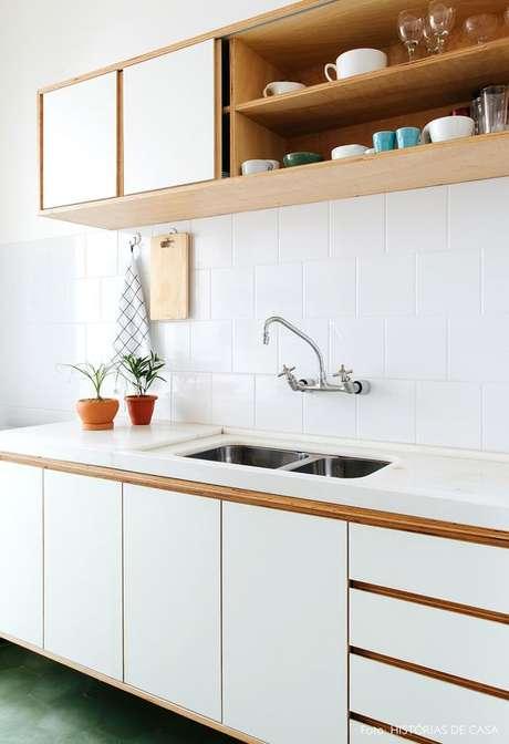 50. Cozinha branca com bancada de granito – Foto Histórias de CAsa