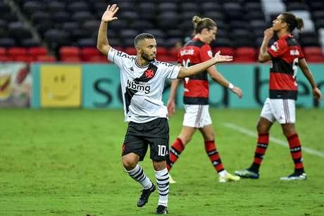 Vasco encerra jejum, vence o Flamengo e segue vivo no Carioca