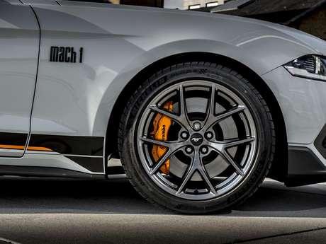 """Rodas do novo Ford Mustang Mach 1 tem rodas de 19"""" e freios Brembo."""