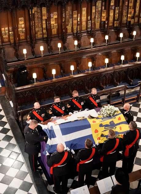 A rainha observa o caixão do Duque de Edimburgo ser colocado na Capela de São Jorge, no Castelo de Windsor, em Berkshire, durante o funeral