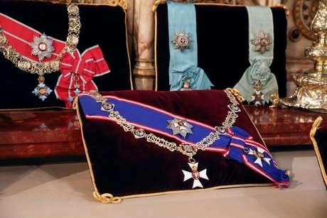 Detalhe das insígnias colocadas no altar