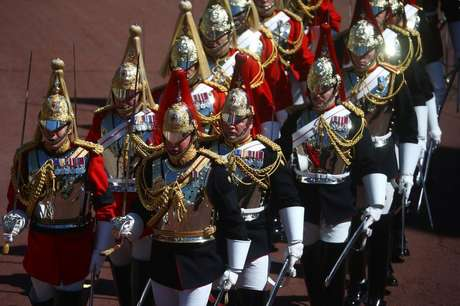 Membros da cavalaria real fizeram a escolta do funeral