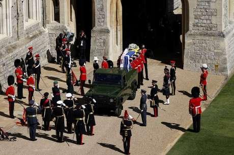 O caixão do duque de Edimburgo, coberto com o estandarte pessoal de Sua Alteza Real, é transportado para o Land Rover especialmente construído para o funeral do Príncipe Philip no Castelo de Windsor em 17 de abril de 2021
