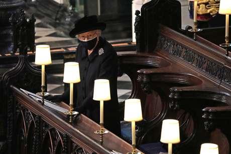 A rainha durante o funeral do Duque de Edimburgo na Capela de São Jorge, Castelo de Windsor, Berkshire.