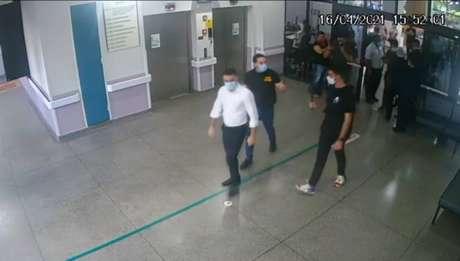 Arthur do Val (Patriota), Ricardo Mellão (Novo) e Kim Kataguiri (DEM-SP) no Hospital Geral de Guarulhos, Grande São Paulo; secretaria de Saúde recuou e afirmou que não houve invasão