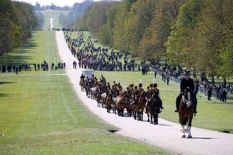 Centenas de pessoas assistem a parte da cerimônia nos jardins do castelo de Windsor