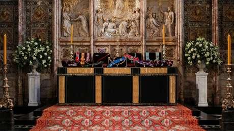 A insígnia do duque é exibida no altar da Capela de São Jorge