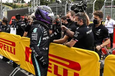 Lewis Hamilton celebrou a pole que quase não acreditou que conquistou
