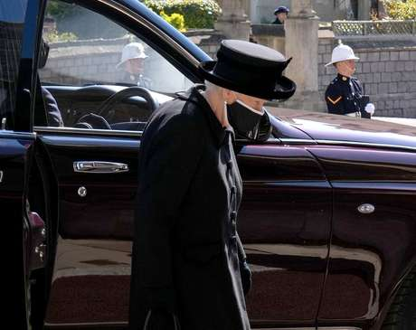 A rainha Elizabeth, vestida de preto, chega no local do funeral do príncipe Phillip