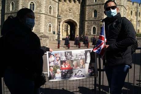 Pessoas fazem homenagens em frente ao castelo