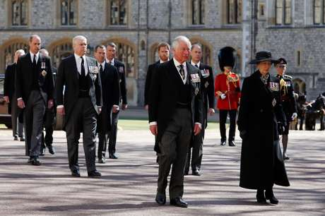 Princesa Anne, Princesa Real, Príncipe Charles, Príncipe de Gales, Príncipe Andrew, Duque de York, Príncipe Edward, Conde de Wessex, Príncipe William, Duque de Cambridge, Peter Phillips, Príncipe Harry, Duque de Sussex, Conde de Snowdon David Armstrong- Jones e o vice-almirante Sir Timothy Laurence seguem o caixão do príncipe Philip, duque de Edimburgo durante a procissão cerimonial no castelo de Windsor em 17 de abril de 2021