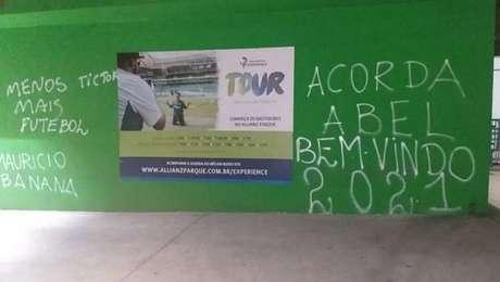 Muro do Palmeiras é pichado com cobranças a Abel Ferreira, Galiotte e jogadores.