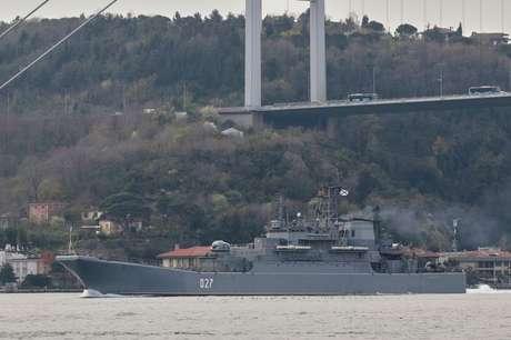 Navio de guerra russo navega pelo estreito de Bósforo em Istambul 17/04/2021 REUTERS/Yoruk Isik