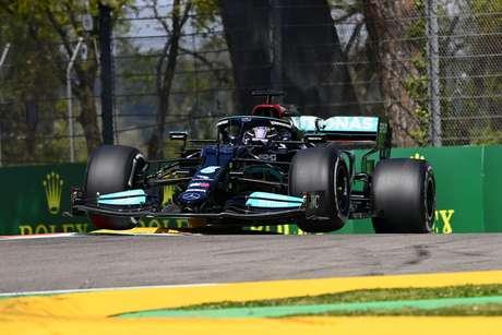 Lewis Hamilton brilhou em Ímola e garantiu uma pole histórica na F1