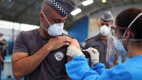 Diferenças nos critérios de vacinação entre Estados e municípios deixa população confusa, diz epidemiolgista