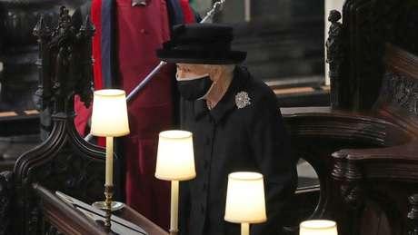 Rainha Elizabeth 2ª usou máscara e ficou sentada sozinha por causa das restrições para conter a disseminação da covid-19