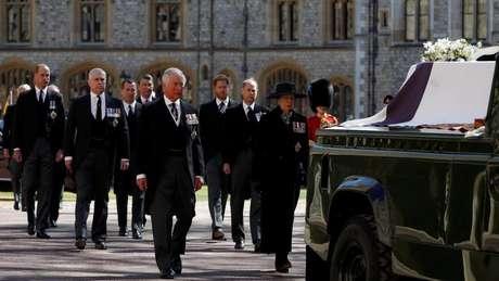Membros da Família Real caminharam atrás do caixão do duque de Edimburgo