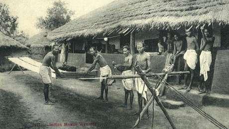 Fotografia antiga mostra tecelões de musselina