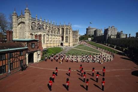 Militares esperam do lado de fora da capela durante o funeral do príncipe Philip