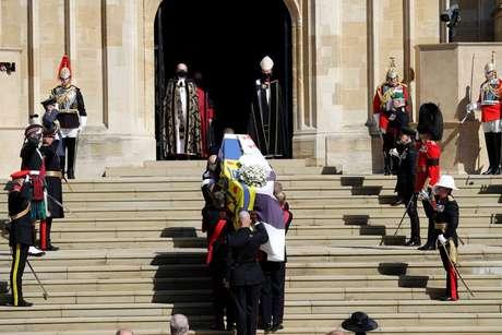 Caixão do duque de Edimburgo chega na capela onde aconteceu o funeral