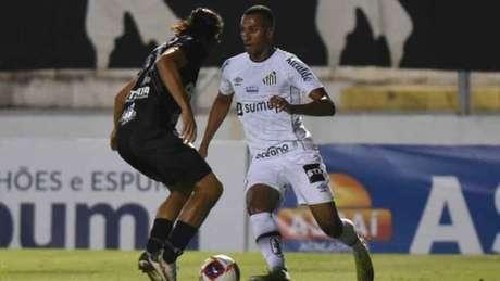 Lucas Braga tenta passar pela marcação de Apodi (Foto: Divulgação/Santos FC)