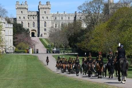 A Tropa do Rei, uma cavalaria real, chega ao castelo antes da cerimônia