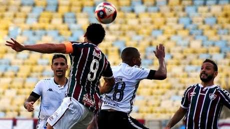 Fred disputa bola com Rickson no clássico vovô. (FOTO: MAILSON SANTANA/FLUMINENSE FC)