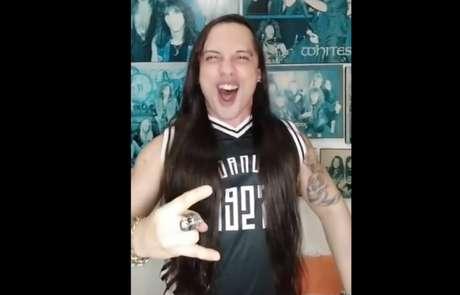 Hey, vascaínooooooos! Thiê viralizou a comemorar contra o Fla no estilo rock n roll (Foto: Reprodução/Twitter)