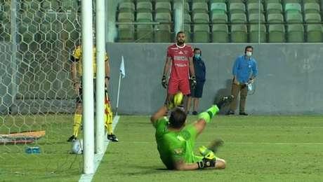 Pênalti de Adílson Bahia, do Ferroviário, bateu no chão dentro do gol, mas juiz não validou e acabou eliminada da Copa do Brasil