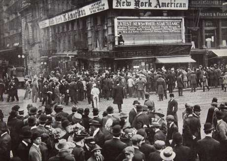 Quando os relatos do desastre chegaram a Nova York em abril de 1912, as pessoas se reuniram em torno dos quadros de avisos dos jornais