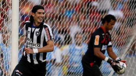 Loco Abreu marcou de cavadinha diante do Flamengo(Divulgação / Botafogo)