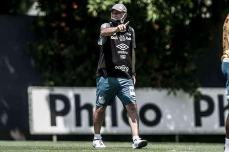 Holan deve poupar os titulares do Santos na partida deste domingo (FOTO: Divulgação/ Twitter do Santos)